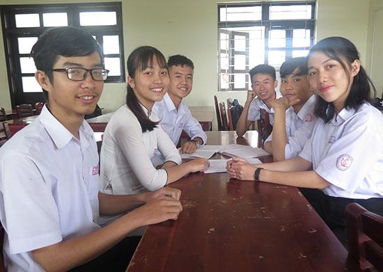 Nhóm các em học sinh của lớp 12 chuyên Tin Trường THPT chuyên Nguyễn Bỉnh Khiêm đạt thành tích cao trong kỳ thi. Ảnh: LÊ QUÂN