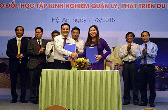 Ký kết biên bản hợp tác phát triển du lịch giữa 2 tỉnh Quảng Nam và Thanh Hóa. Ảnh: KHÁNH LINH