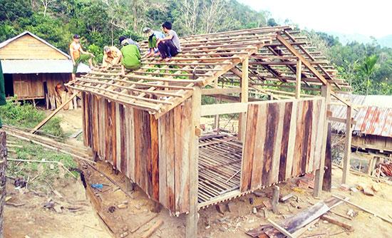 Lực lượng Công an huyện Nam Trà My giúp người dân dựng nhà ở.