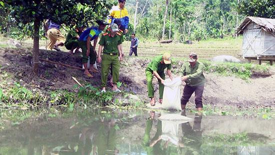 Lực lượng Công an huyện Nam Trà My hỗ trợ hộ nghèo phát triển kinh tế gia đình. Ảnh: NG.Đ