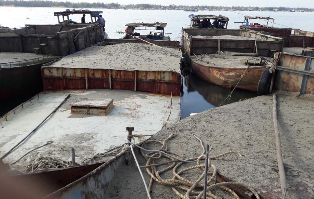 Các tàu hút cát trái phép bị bắt giữ. Ảnh: Cảnh sát đường thủy cung cấp