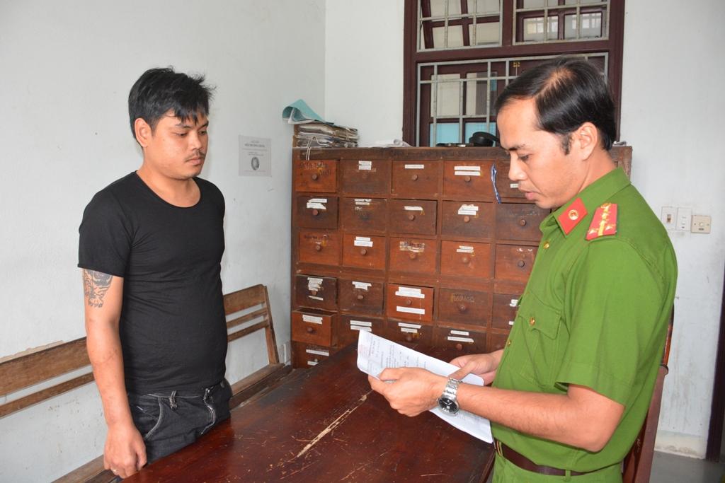 Tống đạt quyết định khởi tố bị can, bắt tạm giam Nguyễn Hữu Vĩnh Toàn. Ảnh: M.T