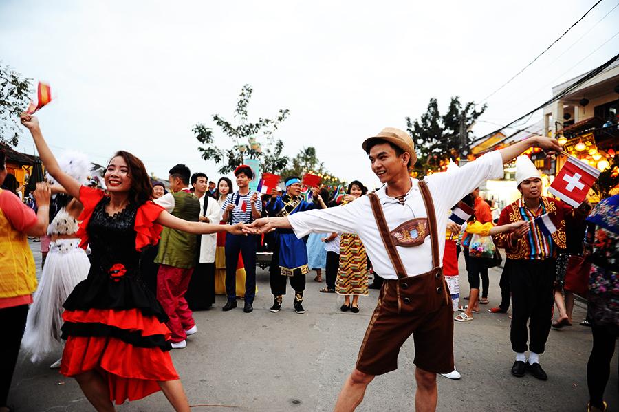 Những điệu nhày của các quốc tham tham dự hiên hoan ẩm thực thể hiện trên các tuyến phố. Ảnh: HẢI - LỘC