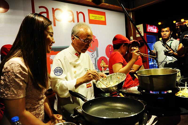 Đầu bếp Nhật Bản hưởng dẫn cho các phóng viên về cách chế biến các món ăn truyền thống của xứ sở Hoa Anh Đào. Ảnh: HẢI - LỘC