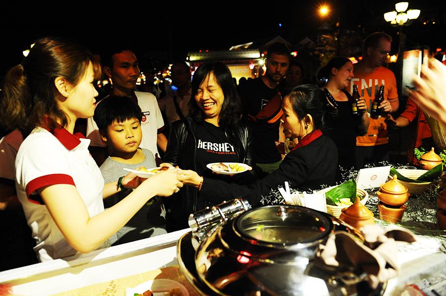Rất đông người dân và du khách đến thưởng thức ẩm thực quốc tế. Ảnh: HẢI - LỘC