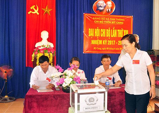 Nhiệm kỳ 2017-2020, thôn Mỹ Cang, xã Tam Thăng (TP.Tam Kỳ) thực hiện chủ trương nhất thể hóa chức danh bí thư chi bộ kiêm trưởng thôn. Ảnh: HÀN GIANG