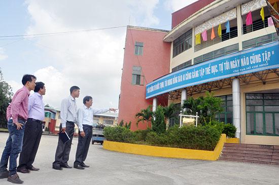 Lãnh đạo Sở VH-TT&DL kiểm tra tiến độ thi công Nhà thi đấu TD-TT tỉnh. Ảnh: TƯỜNG VY