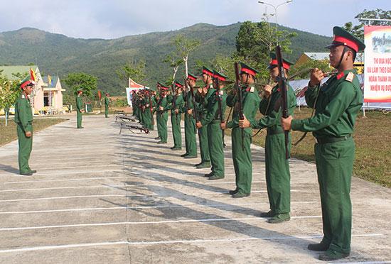 Chiến sĩ mới Trung đoàn 885 huấn luyện nội dung mang, đeo, treo súng. Ảnh: T.ANH