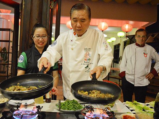 Các đầu bếp thế giới đã mang đến liên hoan những món ăn đặc trưng của dân tộc mình, được chế biến từ chính các nguyên liệu tại Hội An.