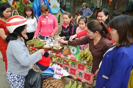 Phụ huynh và giáo viên cùng tham gia bán hàng tại hội chợ. Ảnh: KK