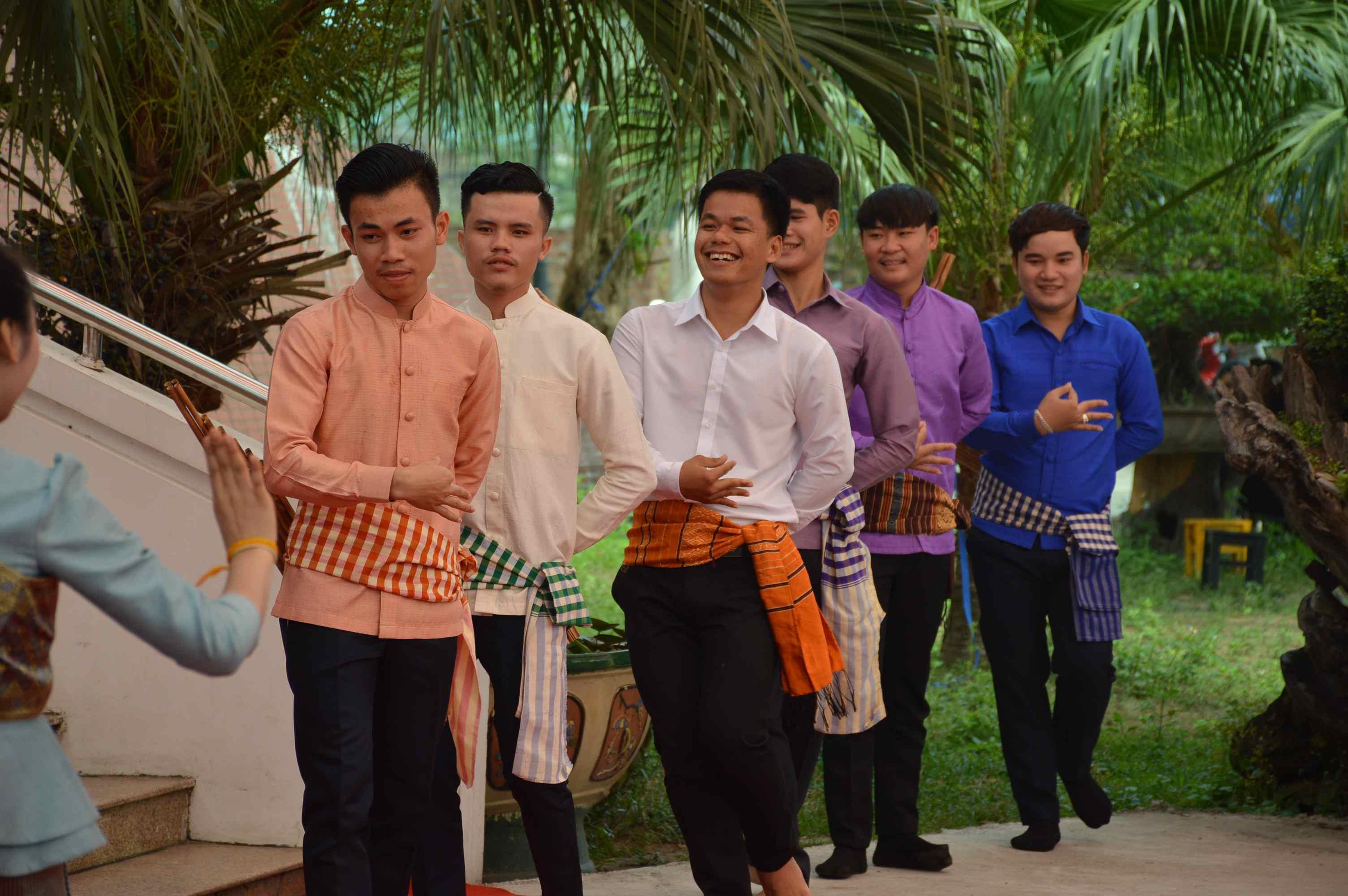 Một tốp sinh viên trong trang phục truyền thống của người Lào chuẩn bị giao lưu với các bạn sinh viên nữ. Ảnh: Q.T
