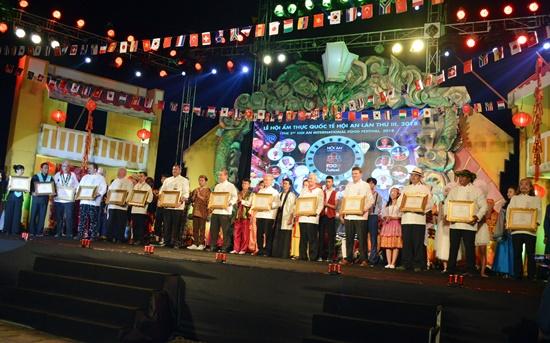 Tôn vinh 12 đầu bép quốc tế tại đêm bế mạc Liên hoan ẩm thực