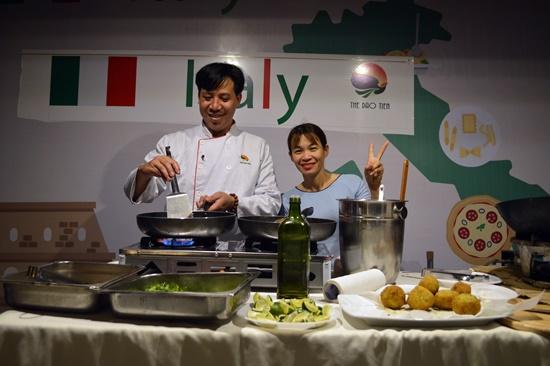Liên hoan ẩm thực quốc tế  Hội An 2018 cũng là cơ hội để các đầu bếp địa phương giao lưu học hỏi với các đầu bếp khắp nơi trên thế giới