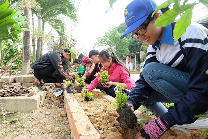 ĐVTN trồng xây xanh tại tuyến đường ĐH01QS. Ảnh: M.L