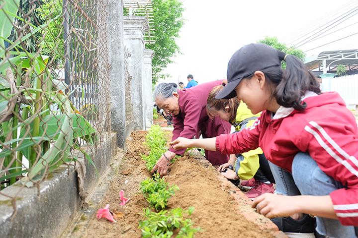 Người dân địa phương cùng tham gia trồng cây với ĐVTN. Ảnh: M.L
