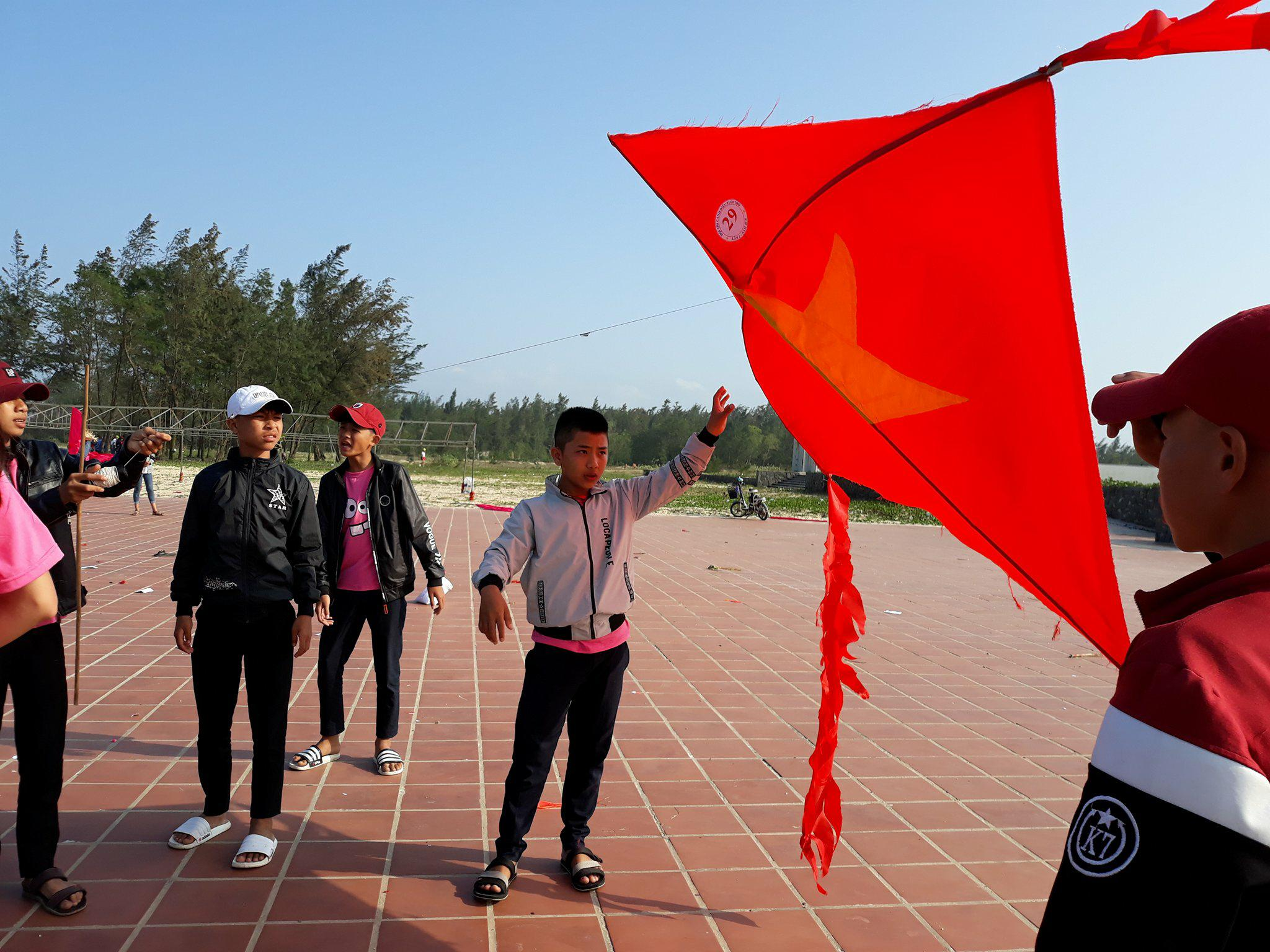 Một con diều hình lá cờ Tổ quốc.ảnh: C.N