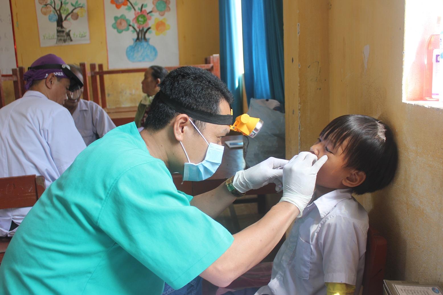 Đoàn thanh niên BVĐK  Trung ương Quảng Nam khám bệnh cho trẻ em ở Lý Sơn. Ảnh:Phương Thảo