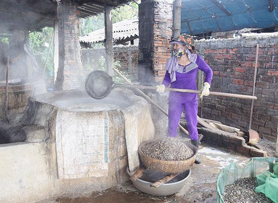 Người dân làng hến Tân Phú đỏ lửa vào mùa. Ảnh: THANH THẮNG
