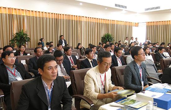 Số lượng doanh nghiệp gia tăng và các nhà đầu tư liên tục mở những cuộc xúc tiến đầu tư vào Quảng Nam thể hiện môi trường đầu tư kinh doanh Quảng Nam đã được cải thiện đáng kể. TRONG ẢNH: Nhà đầu tư tham dự một hội nghị xúc tiến đầu tư do UBND tỉnh tổ chức năm 2017. Ảnh: T.DŨNG