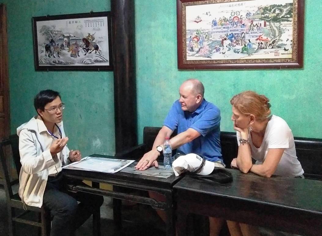 Chuyên viên của Trung tâm Quản lý Bảo tồn Di sản Hội An giới thiệu với du khách về quy trình trùng tu, tu bổ tại di tích.