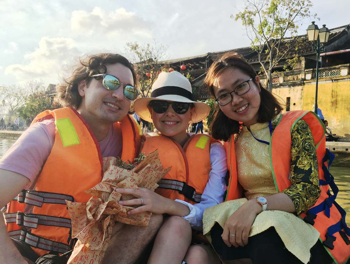 Chuyên viên của Trung tâm Quản lý Bảo tồn Di sản Hội An đưa khách tham quan phố cổ bằng thuyền trên sông Hoài.