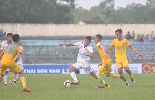 Thanh Hưng(số 19) lập công giúp Quảng Nam giành chiến thắng trước FLC Thanh Hóa. Ảnh: T.Vy