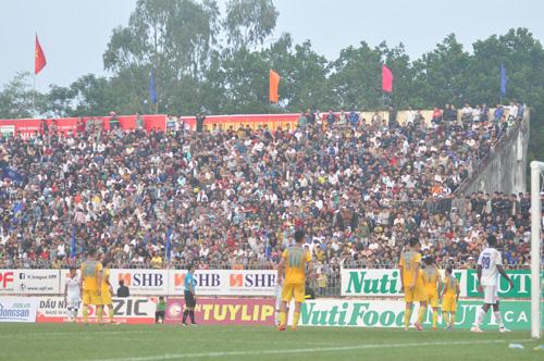 Hình ảnh khán giả kín sân Tam Kỳ trong trận đấu cuối cùng mùa giải 2017 đã tái hiện trong trận Quảng Nam tiếp FLC Thanh Hóa. Ảnh: T.Vy