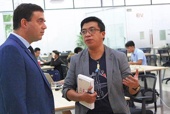 Ông Trần Vũ Nguyên (phải) trao đổi với chuyên gia nước ngoài về vấn đề khởi nghiệp.