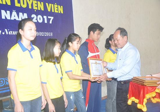 Nhiều VĐV trẻ đạt thành tích xuất sắc năm 2017 được khen thưởng. Ảnh: T.VY