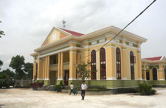 Trung tâm VHTT xã Quế Phú (Quế Sơn) được xây dựng khá hoành tráng.Ảnh: LÊ QUÂN