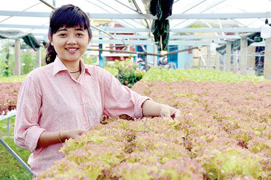 Chị Sương - chủ nhân vườn nhiệt đới Kapi với hệ thống rau thủy canh đang phát triển rất tốt.