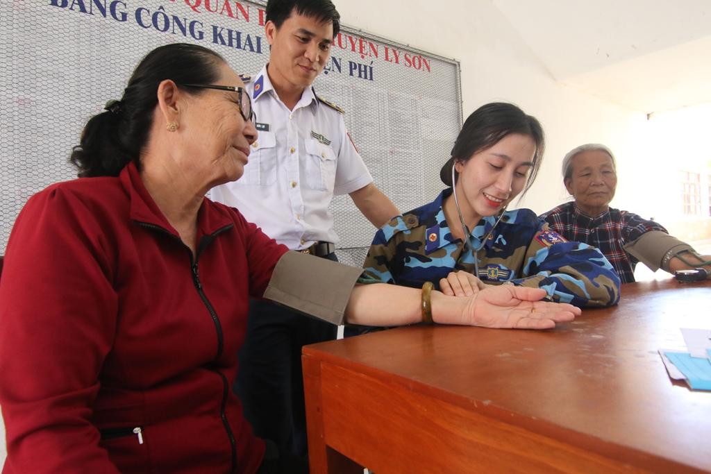Cán bộ y bác sĩ của đoàn thăm khám cho người dân huyện đảo. Ảnh: THÀNH CÔNG