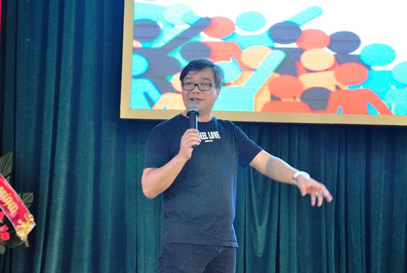 Chuyên gia Đỗ Hoài Nam chia sẻ về khởi nghiệp với sinh viên Quảng Nam. Ảnh: VINH ANH