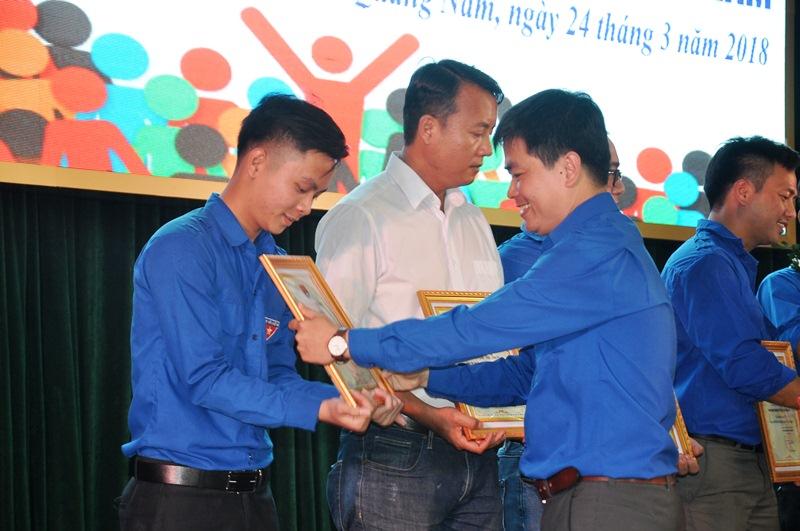 Phó Bí thư Tỉnh đoàn Lê Quang Quỳnh tặng giấy khen cho các. Ảnh: VINH ANH