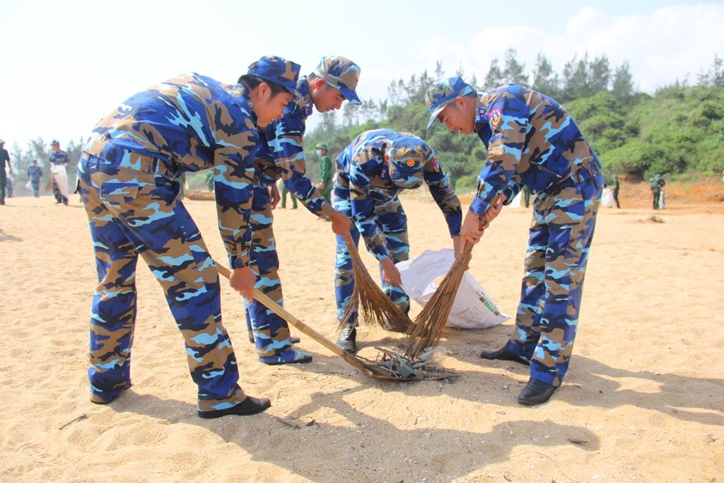 Các chến sĩ Hải đội 2 Biên phòng tỉnh cùng dọn sạch rác tại bãi biển Biển Tình (Tam Quang). Ảnh: A.N