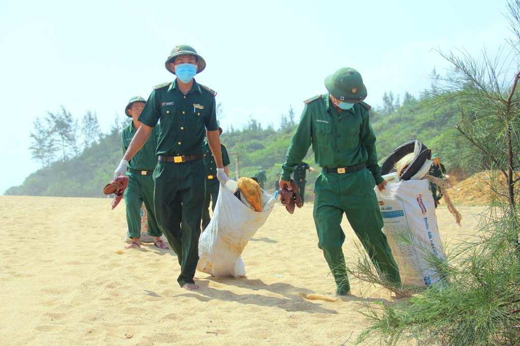 Các chiến sĩ mang bao rác đến tập kết tại vị trí phù hợp, chuẩn bị xử lý theo quy định. Ảnh: A.N