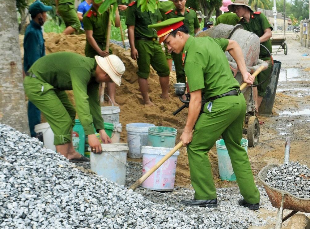 Đoàn viên thanh niên Đoàn Trường T52 làm đường giúp dân. Ảnh: TT