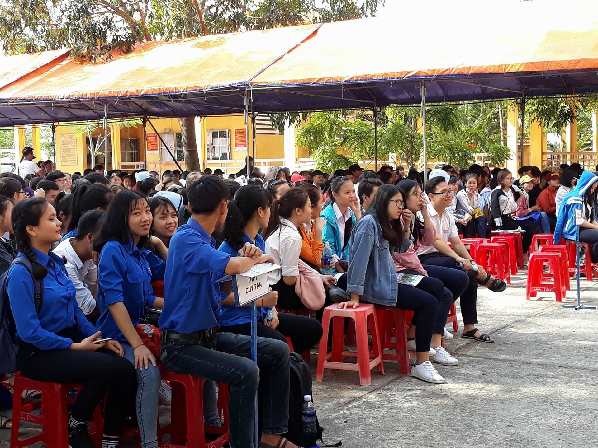 Thí sinh tham dự chương trình tư vấn tuyển sinh của Đại học Đà Nẵng.Ảnh: C.N