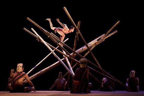 Teh Dar là vở diễn kết hợp của nhiều thể loại: xiếc, đi thăng bằng, nhào lộn, tung hứng...