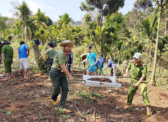 Công an huyện Nam Trà My tham gia tình nguyện giúp dân. Ảnh: P.N