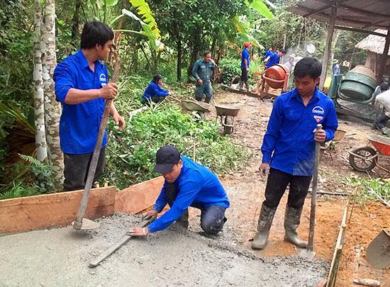 Các đoàn viên thanh niên tham gia làm đường bê tông tại xóm Tr'Triêng (thôn Vinh, xã Tà Pơơ, Nam Giang). Ảnh: Đ.N