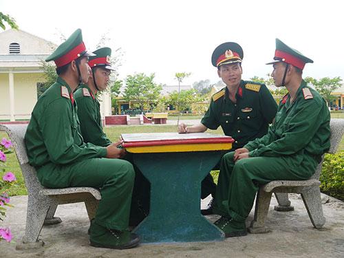 Thượng tá Phan Thế Thanh, Phó Chính ủy Trung đoàn 143 nói chuyện với chiến sĩ mới.