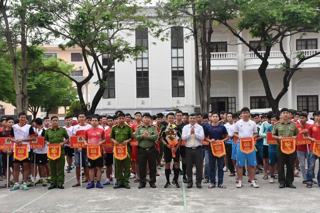 Các đội bóng nhận cờ lưu niệm của ban tổ chức. Ảnh: H.V