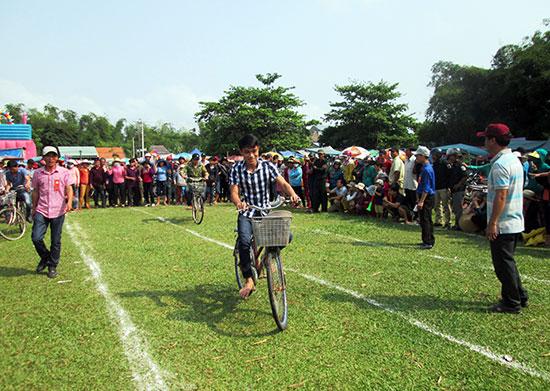 Nhiều trò chơi dân gian thu hút đông đảo người dân địa phương và du khách đến trẩy hội.Ảnh: HOÀI NHI