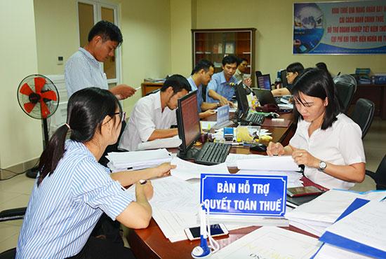 Quảng Nam luôn tạo điều kiện thuận lợi cho doanh nghiệp đầu tư, kinh doanh. TRONG ẢNH: Doanh nghiệp quyết toán thuế tại Cục Thuế tỉnh. Ảnh: V.DŨNG