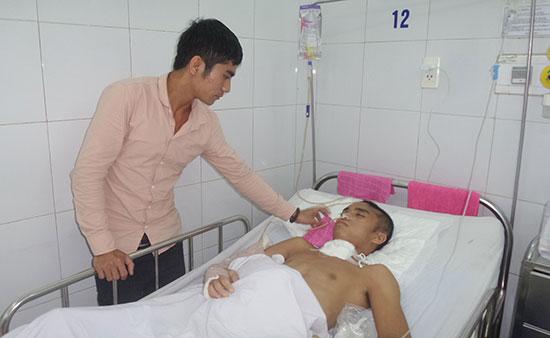 Anh Nguyễn Thế Thành đang điều trị tại phòng bệnh nặng, khoa Ngoại thần kinh, Bệnh viện Đà Nẵng.  Ảnh: BÌNH NGUYÊN