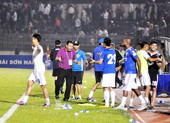 Niềm vui của HLV Hoàng Văn Phúc cùng các học trò sau chiến thắng FLC Thanh Hóa. Ảnh: AN NHI