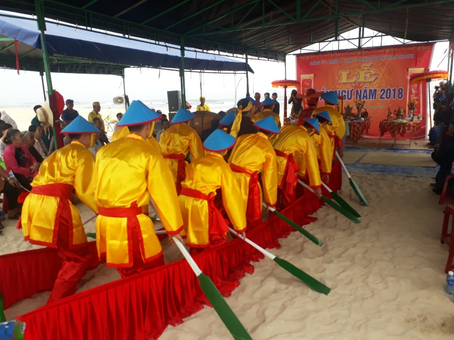 Quang cảnh lễ hội cầu ngư tại xã biển Tam Thanh.