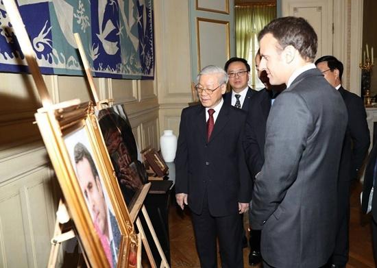 French President Macron (right) and General Secretary Nguyen Phu Trong