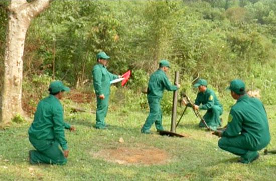 Lực lượng DQBC huyện Nam Giang huấn luyện trên thao trường. Ảnh: D.LÊ